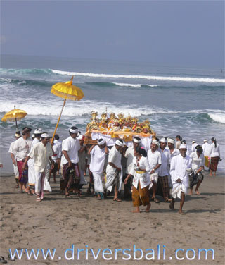 bring holy statue to the sea during melasti ceremony